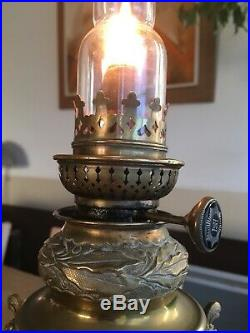 Ancienne lampe à pétrole Athénienne style Louis XVI bleu de Sèvres Moucheté