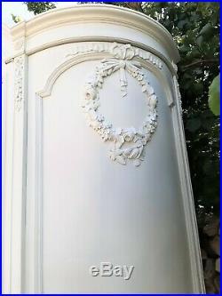 Armoire ancienne, galbée, patinée blanc, style Louis XVI
