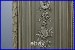 Armoire laquée peinte de style Louis XVI à décor de fleurs