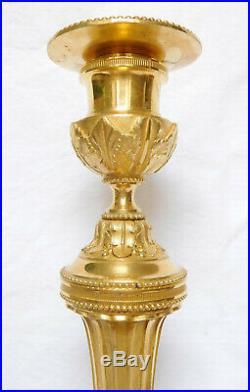 BARBEDIENNE paire de bougeoirs flambeaux de style Louis XVI, BRONZE DORE, SIGNES