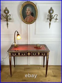 BUREAU XIXe DE STYLE LOUIS XVI EN ACAJOU FLAMMÉ ORNÉ DE BRONZE AVEC CUIR ROUGE