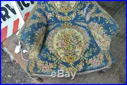 Bergère recouverte d'un tissu au point, décor floral, style Louis XVI, fauteuil
