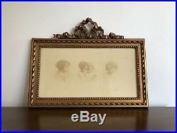 Cadre photo ancien en stuc doré sur bois avec noeud en fronton. Style Louis XVI