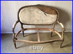 Canapé à médaillon en bois doré de style Louis XVI