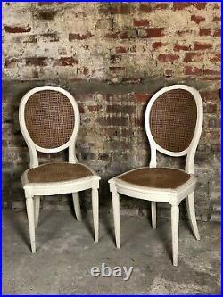Chaises (la paire) de style Louis XVI patiné beige et cannées