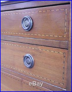 Commode Style Louis XVI en acajou avec Filets de Marqueterie sur roulettes