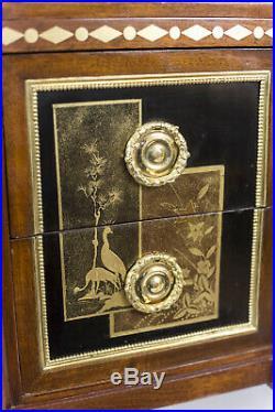 Commode style Louis XVI à décor laqué, début XXe siècle