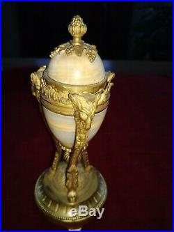 Coupe, bougeoirs renversés, BRONZE DORE & onyx style LOUIS XVI candlesticks