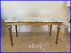 Élégante table basse de style Louis XVI en bois doré et marbre de Carrare