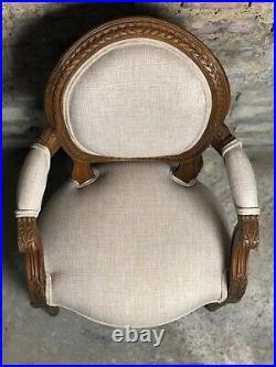 Fauteuil d'enfant de style Louis XVI en noyer sculpté recouvert de tissu
