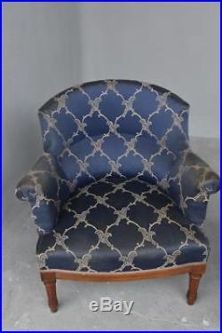 Fauteuil dit duchesse brisée style Louis XVI en noyer tissus bleu