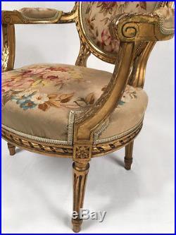 Fauteuil en bois doré à dossier médaillon de style Louis XVI