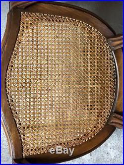 Fauteuils médaillon (la paire) de style Louis XVI en hêtre, moulurés et cannés