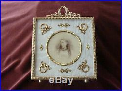 Grand cadre à poser, style Louis XVI, fin 19ème, soie et laiton doré