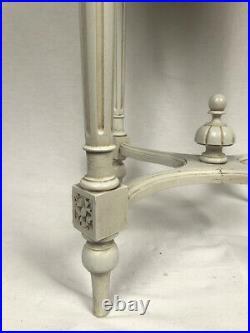 Grand guéridon en bois laqué gris et plateau de marbre de style Louis XVI
