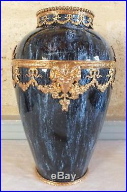Grand vase faience bleue monture dorée tetes bélier noeud style Louis XVI