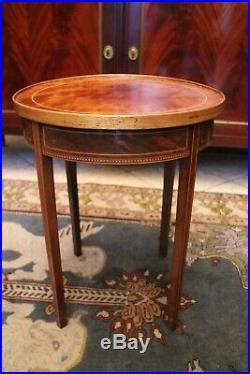 Guéridon bout de canapé en acajou à décor marqueté de style Louis XVI