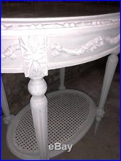 Guéridon de style Louis XVI en bois sculpté gris clair dessus marbre