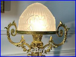 Lampe En Bronze Dorée Avec Dôme En Verre A Decor Papillons De Style Louis XVI