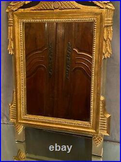 Miroir à fronton de style Louis XVI en bois sculpté doré décor guirlandes fleurs