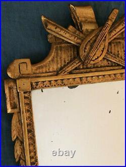 Miroir à fronton en bois sculpté Stuqué et doré Style Louis XVI