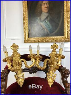 PAIRE D'APPLIQUES DU 19e EN BOIS DORÉ ET SCULPTÉ DE STYLE LOUIS XVI À 2 LUMIÈRES