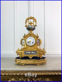 PENDULE DU 19e DE STYLE LOUIS XVI AVEC DES PLAQUES EN PORCELAINE SUR SOCLE BOIS