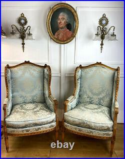 Paire De Bergeres A Oreilles En Noyer Sculpté De Style Louis XVI Bien Tapissées