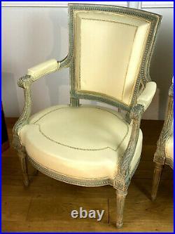 Paire De Fauteuils Patinés Recouvert De Cuir Blanc De Style Louis XVI