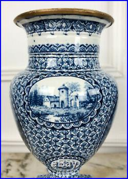 Paire De Vases En Porcelaine Orné De Bronze Doré Datée 1755 De Style Louis XVI