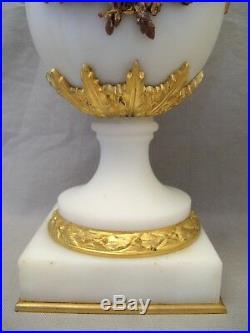 Paire de cassolettes de style Louis XVI en marbre et bronze doré XIX ème siècle