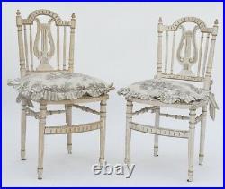 Paire de chaises cannées de style Louis XVI
