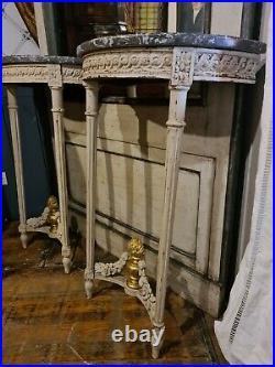 Paire de console de style Louis XVI aux entrelacs et pots à feux