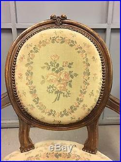 Paire de fauteuils cabriolets médaillons style Louis XVI