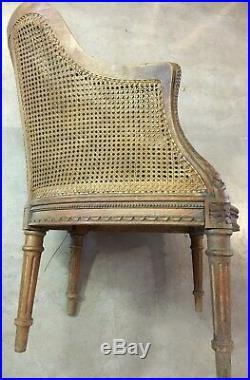 Paire de fauteuils en noyer canné et sculpté style Louis XVI