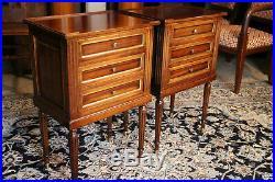 Paire de tables de chevets bouts de canapé en acajou massif style Louis 16