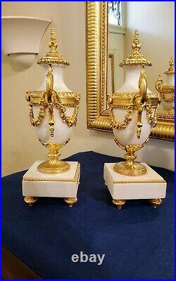 Paire de vases décoratifs en marbre blanc et bronze doré Style Louis XVI fin XIX