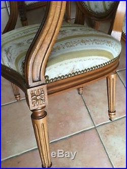 Paires de fauteuils cabriolets médaillons style Louis XVI