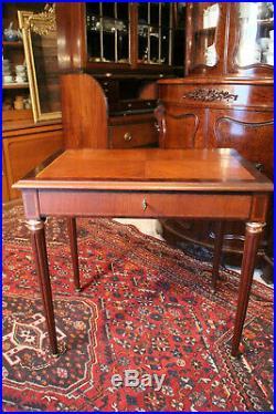 Petit bureau table à écrire à décor marqueté de style Louis 16