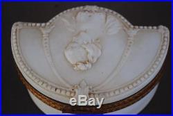 Petite boite vers 1880 style Louis XVI en biscuit