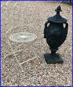 Pot a couvercle / potiche de jardin de style Louis XVI en fonte
