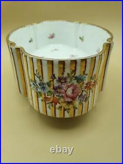 Rare Porcelaine de Sèvres 1830 style Louis XVI, décors dents de loup et dorure