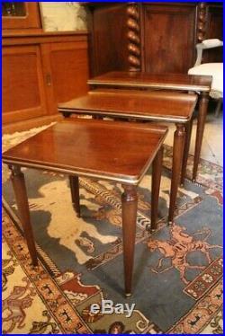 Suite de 3 tables gigognes guéridon bout de canapé en acajou de style Louis 16