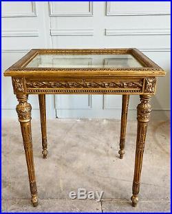 TABLE VITRINE DU XIXe EN BOIS DORÉ ET SCULPTÉ DE STYLE LOUIS XVI