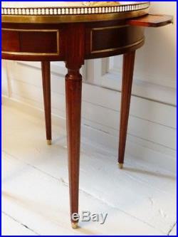 Table Bouillotte De Style Louis XVI En Acajou, Laiton Et Marbre Blanc Veiné