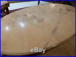 Table basse ovale de style Louis XVI pied en bronze et plateau en onyx