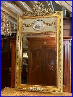 Trumeau style Louis XVI en bois et stuc doré décor aux Amours fin XIXe début XXe