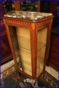 Vitrine à décor marqueté de style Louis 16 plateau marbre